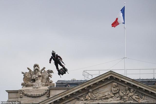 """Độc đáo màn trình diễn """"lính bay"""" trong diễu binh quốc khánh Pháp - 4"""