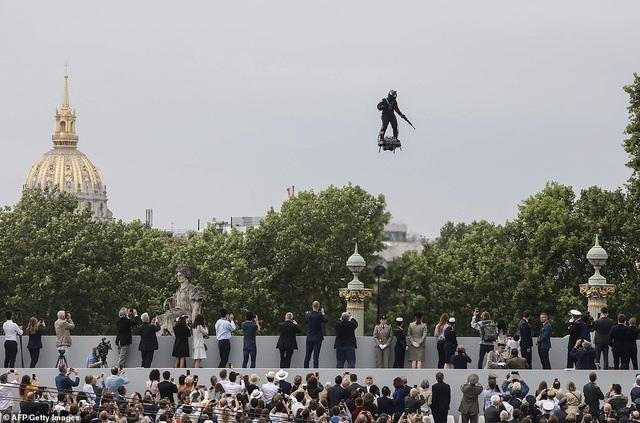 """Độc đáo màn trình diễn """"lính bay"""" trong diễu binh quốc khánh Pháp - 3"""