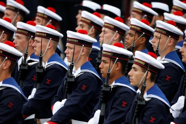 """Độc đáo màn trình diễn """"lính bay"""" trong diễu binh quốc khánh Pháp - 15"""