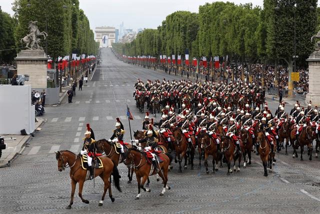 """Độc đáo màn trình diễn """"lính bay"""" trong diễu binh quốc khánh Pháp - 8"""