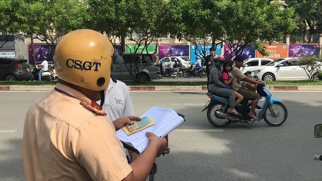 Người vi phạm vui vẻ ký biên bản, ủng hộ đợt tổng kiểm tra của Công an TPHCM - 6
