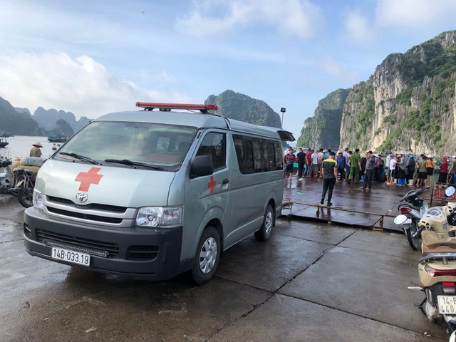 Bé trai 4 tuổi trượt chân rơi từ trên thuyền xuống biển Hạ Long - 4