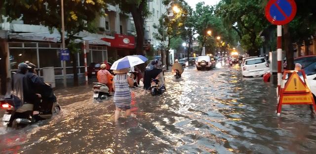 Mưa như trút nước, người dân Thủ đô lặn lội vượt ngập giờ tan tầm - 6
