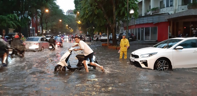 Mưa như trút nước, người dân Thủ đô lặn lội vượt ngập giờ tan tầm - 11