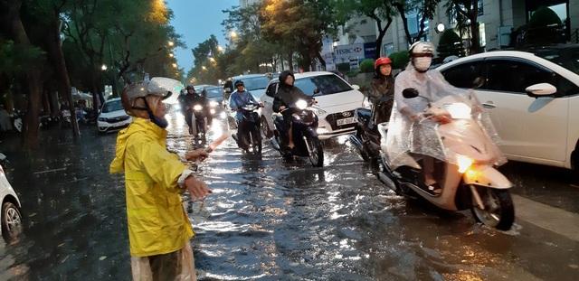 Mưa như trút nước, người dân Thủ đô lặn lội vượt ngập giờ tan tầm - 5