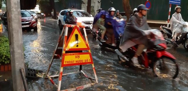 Mưa như trút nước, người dân Thủ đô lặn lội vượt ngập giờ tan tầm - 8