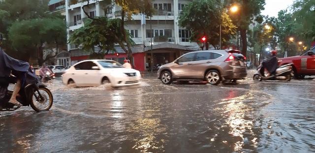 Mưa như trút nước, người dân Thủ đô lặn lội vượt ngập giờ tan tầm - 9