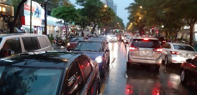 Mưa như trút nước, người dân Thủ đô lặn lội vượt ngập giờ tan tầm - 4