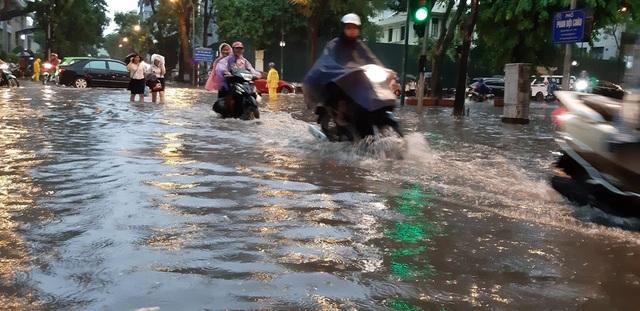 Mưa như trút nước, người dân Thủ đô lặn lội vượt ngập giờ tan tầm - 2