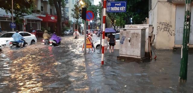 Mưa như trút nước, người dân Thủ đô lặn lội vượt ngập giờ tan tầm - 10