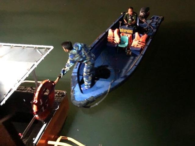 Bé trai 4 tuổi trượt chân rơi từ trên thuyền xuống biển Hạ Long - 2