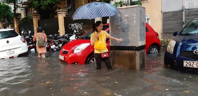 Mưa như trút nước, người dân Thủ đô lặn lội vượt ngập giờ tan tầm - 7