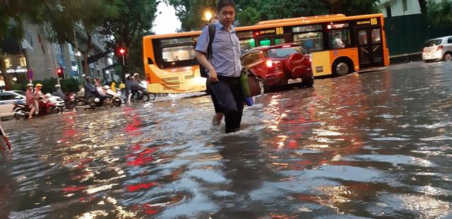 Mưa như trút nước, người dân Thủ đô lặn lội vượt ngập giờ tan tầm - 1