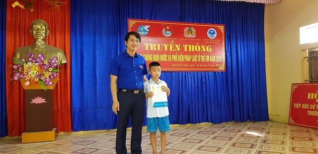 Cứu em nhỏ đuối nước, học sinh lớp 5 được tặng Huy hiệu Tuổi trẻ dũng cảm - 1