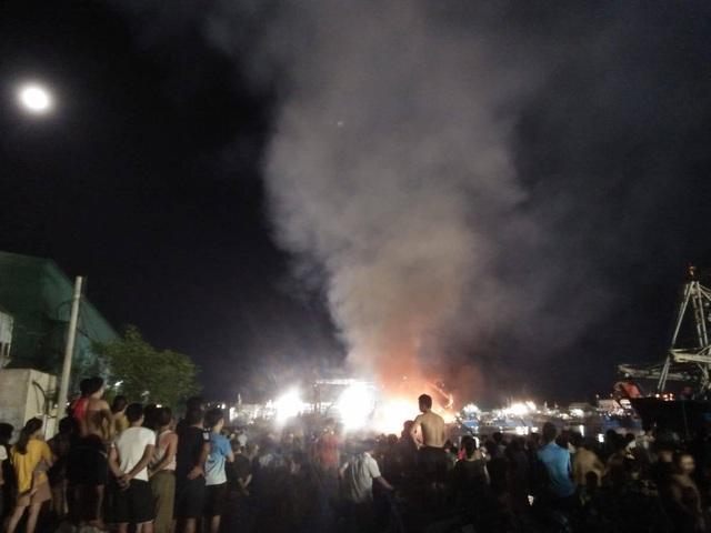 Tàu cá bất ngờ bốc cháy trong đêm - 2