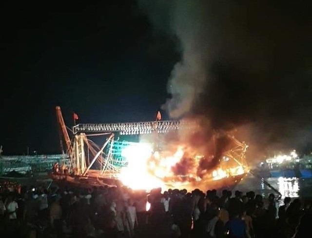 Tàu cá bất ngờ bốc cháy trong đêm - 1