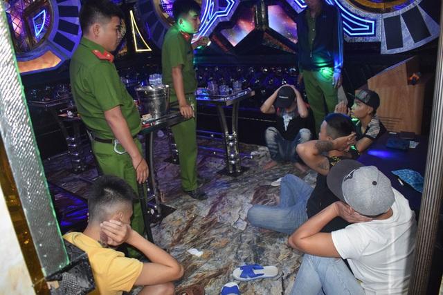 24 đối tượng phê ma túy trong quán karaoke - 1