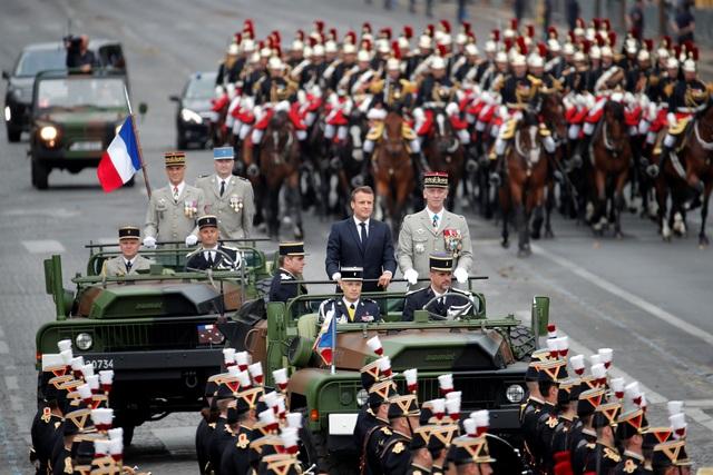 """Độc đáo màn trình diễn """"lính bay"""" trong diễu binh quốc khánh Pháp - 6"""