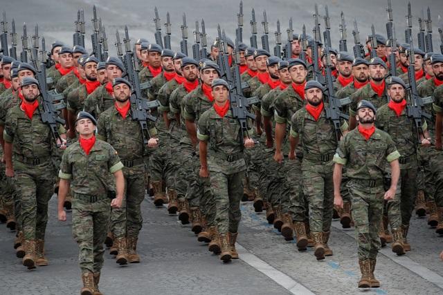 """Độc đáo màn trình diễn """"lính bay"""" trong diễu binh quốc khánh Pháp - 7"""