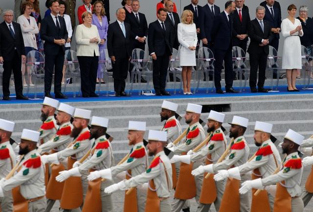 """Độc đáo màn trình diễn """"lính bay"""" trong diễu binh quốc khánh Pháp - 9"""