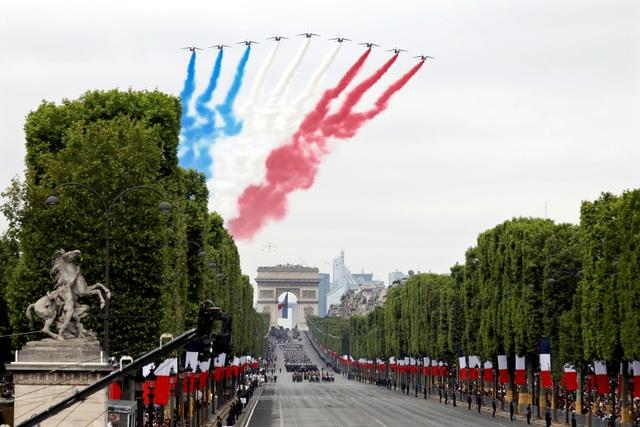 """Độc đáo màn trình diễn """"lính bay"""" trong diễu binh quốc khánh Pháp - 10"""
