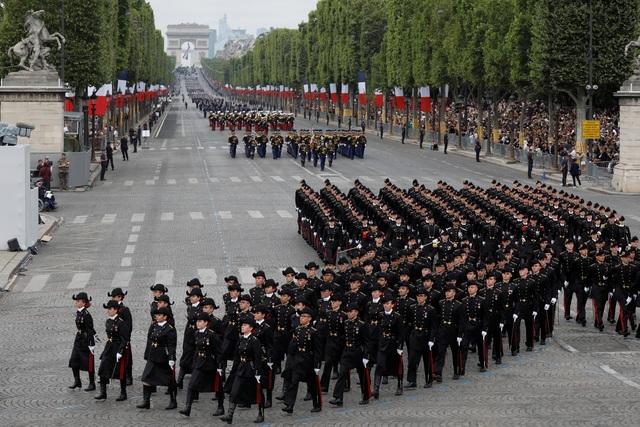 """Độc đáo màn trình diễn """"lính bay"""" trong diễu binh quốc khánh Pháp - 12"""