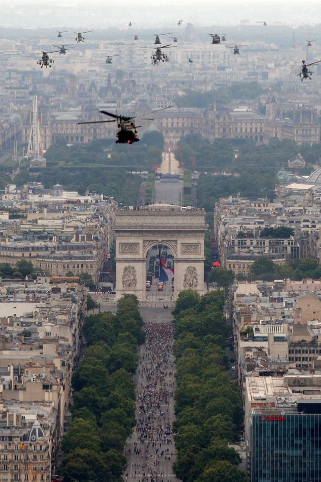 """Độc đáo màn trình diễn """"lính bay"""" trong diễu binh quốc khánh Pháp - 11"""