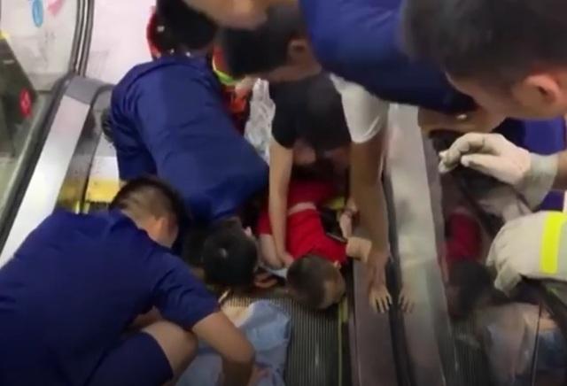 Sốc clip em bé gặp tai nạn khi đi thang cuốn - Lời cảnh báo cho các bậc phụ huynh - 1