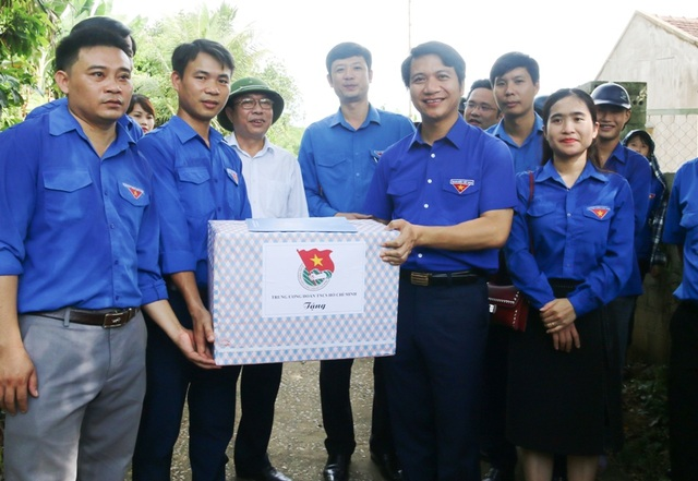 Bí thư TƯ Đoàn thăm, tặng quà đội hình tình nguyện tại huyện miền núi xứ Thanh - 1