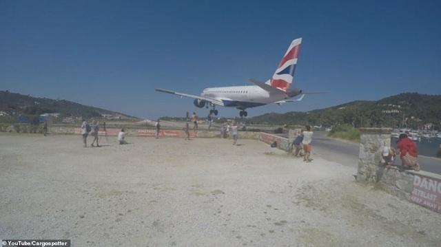 """Máy bay hạ cánh sát đầu nhóm du khách mê """"sống ảo"""" ở Hy Lạp"""