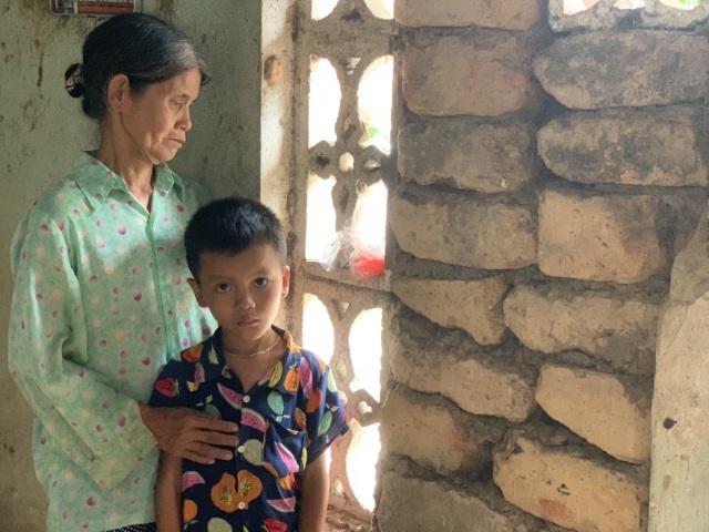 Xót thương cậu bé 6 tuổi cùng ông bà sống nơm nớp trong căn nhà dột nát - 14