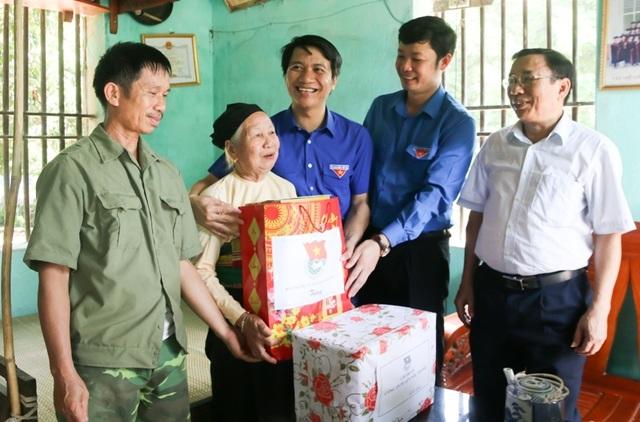 Bí thư TƯ Đoàn thăm, tặng quà đội hình tình nguyện tại huyện miền núi xứ Thanh - 3