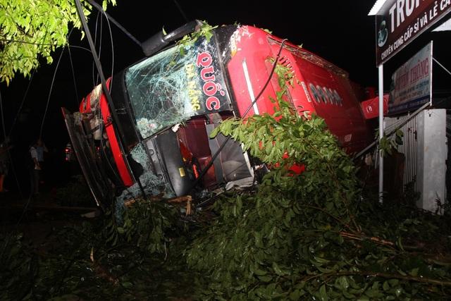 Lật xe khách, 1 người tử vong, nhiều người bị thương - 1