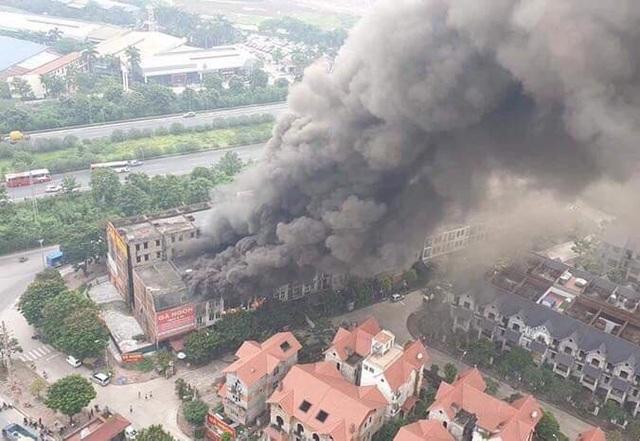 Cháy dữ dội dãy nhà liền kề gần Thiên Đường Bảo Sơn - 1