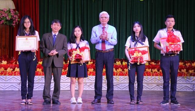 Phú Yên: Tuyên dương, khen thưởng 175 học sinh xuất sắc - 1