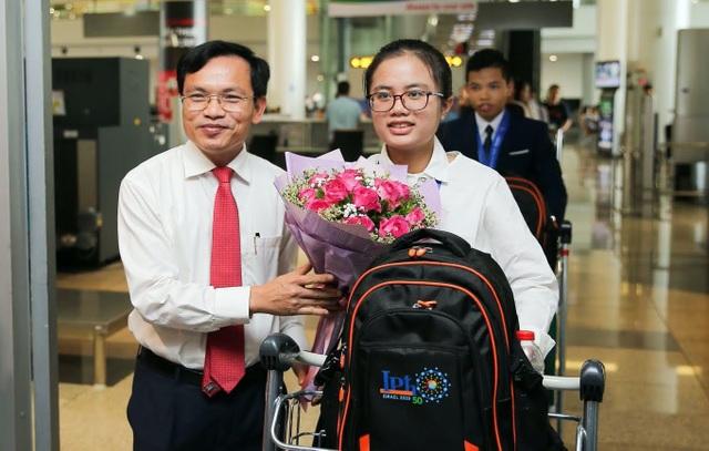 Ngập tràn cờ, hoa đón học sinh dự Olympic Vật lý quốc tế thắng lợi trở về - 1