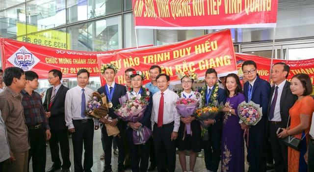 Ngập tràn cờ, hoa đón học sinh dự Olympic Vật lý quốc tế thắng lợi trở về - 2
