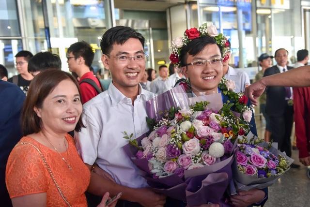 Ngập tràn cờ, hoa đón học sinh dự Olympic Vật lý quốc tế thắng lợi trở về - 4