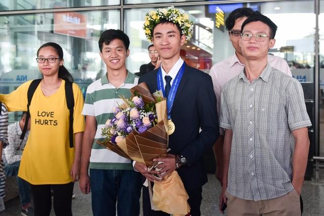 Ngập tràn cờ, hoa đón học sinh dự Olympic Vật lý quốc tế thắng lợi trở về - 5