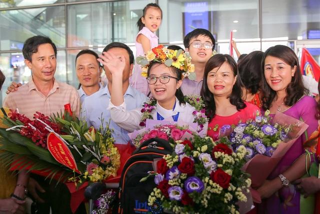 Ngập tràn cờ, hoa đón học sinh dự Olympic Vật lý quốc tế thắng lợi trở về - 7