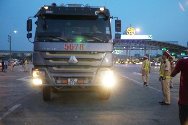 Lái xe tải chống đối, hất văng gậy chỉ huy của CSGT trên cao tốc - 2