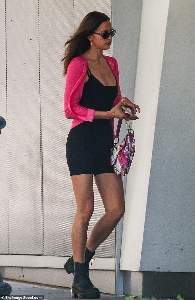 Irina Shayk trẻ trung đưa con ra phố - 2