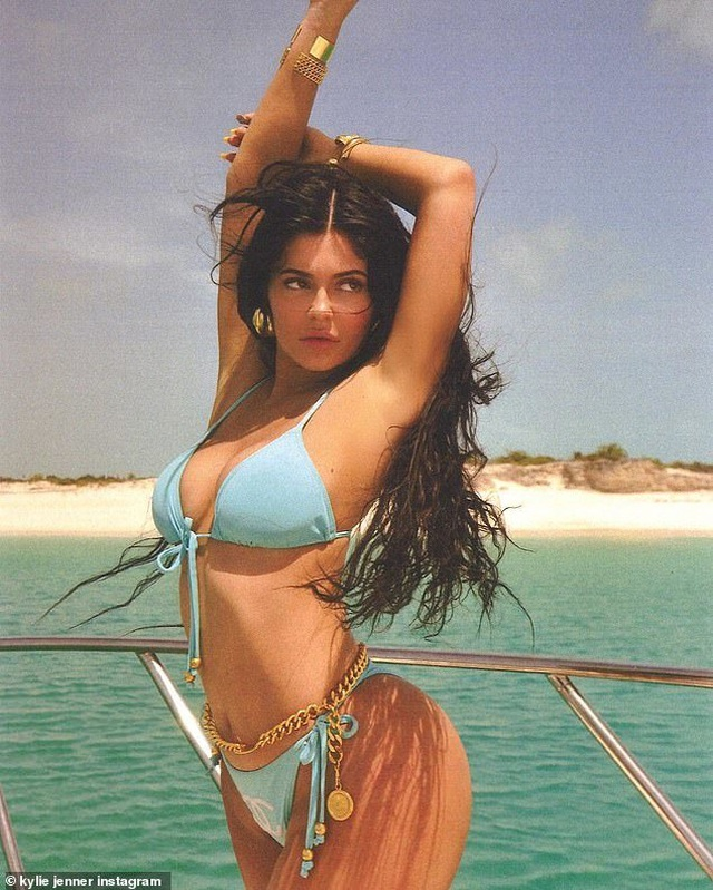 Kylie Jenner nổi bật với bikini màu xanh - 1