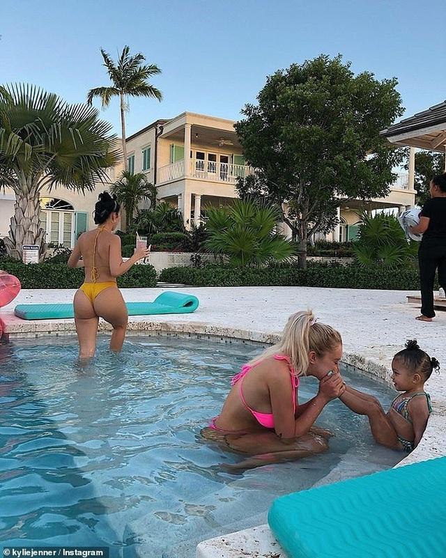 Kylie Jenner nổi bật với bikini màu xanh - 7