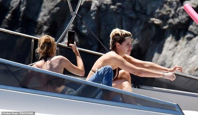 Kristen Stewart và bạn gái Stella Maxwell đi nghỉ hè tại Ý - 4