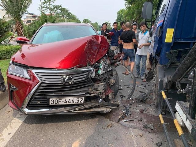 Hà Nội: Lexus nát đầu vì tông trực diện xe bồn - 1
