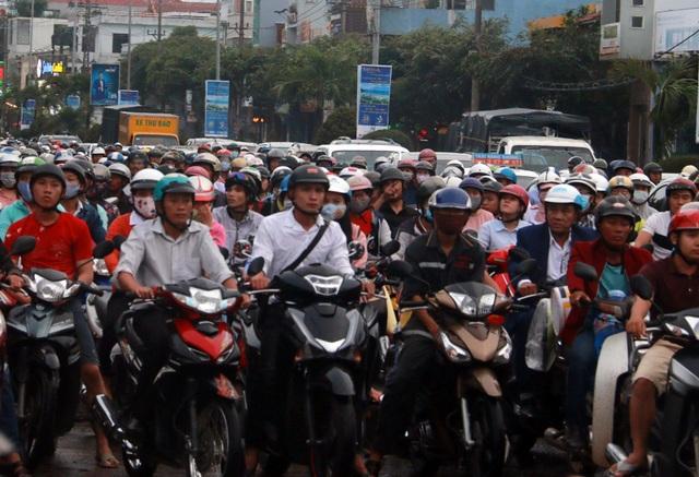 Mỗi ngày có thêm 8.236 xe máy lăn bánh ra đường  - 2
