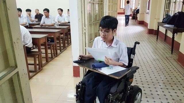 Thí sinh khuyết tật đi thi trên xe lăn đạt điểm tuyệt đối môn tiếng Anh - 1