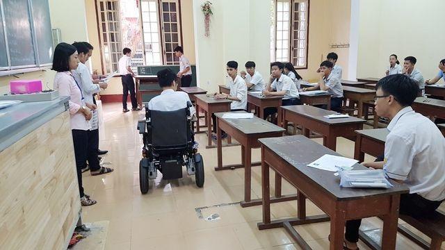 Thí sinh khuyết tật đi thi trên xe lăn đạt điểm tuyệt đối môn tiếng Anh - 2