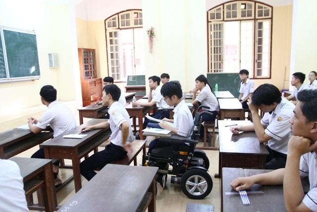 Thí sinh khuyết tật đi thi trên xe lăn đạt điểm tuyệt đối môn tiếng Anh - 3